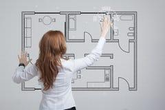 Weiblicher Architekt, der mit einer virtuellen Wohnung arbeitet Lizenzfreies Stockfoto