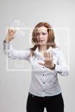 Weiblicher Architekt, der mit einer virtuellen Wohnung arbeitet Lizenzfreie Stockfotografie