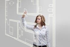Weiblicher Architekt, der mit einer virtuellen Wohnung arbeitet Stockfoto