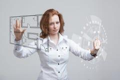 Weiblicher Architekt, der mit einer virtuellen Wohnung arbeitet Stockbild