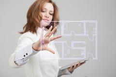 Weiblicher Architekt, der mit einer virtuellen Wohnung arbeitet Stockbilder