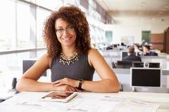 Weiblicher Architekt des jungen Afroamerikaners, schauend zur Kamera Stockbilder