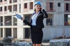 Weiblicher Architekt an einer Baustelle Lizenzfreies Stockbild