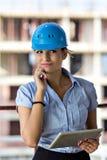 Weiblicher Architekt an einer Baustelle Lizenzfreies Stockfoto