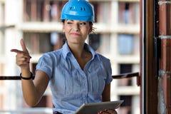 Weiblicher Architekt an einer Baustelle Lizenzfreie Stockbilder
