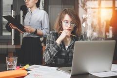 Weiblicher Architekt oder Designer mit Gläsern hält Bleistift in h Stockbilder