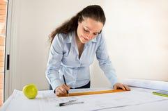 Weiblicher Architekt und ein Apfel Stockbild