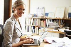 Weiblicher Architekt Working At Desk auf Laptop stockfotos