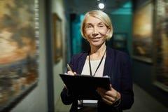 Weiblicher Art Gallery Curator lizenzfreie stockbilder