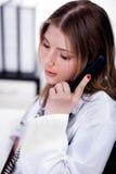 Weiblicher Arzt, der über Telefon spricht lizenzfreie stockfotos