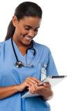Weiblicher Arzt, der Tabletten-PC hält Lizenzfreies Stockbild