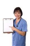 Weiblicher Arzt mit Klemmbrett stockfotos