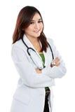 Weiblicher asiatischer Doktor, der einen weißen Mantel und ein Stethoskop mit AR trägt stockfotos