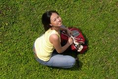 Weiblicher asiatischer Kursteilnehmer mit Rucksack Stockfoto
