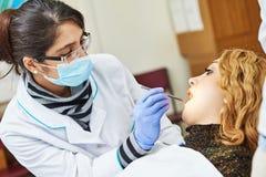 Weiblicher asiatischer Zahnarztdoktor bei der Arbeit Stockfoto