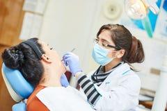 Weiblicher asiatischer Zahnarztdoktor bei der Arbeit Lizenzfreies Stockbild