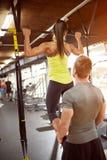 Weiblicher Athlet auf Training in der Eignungsverein-Rückseitenansicht Stockfotos