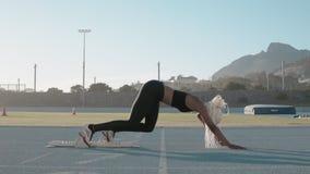 Weiblicher Athlet an den Startblöcken stock video