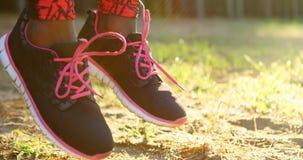 Weiblicher Athlet, der Übung im Wald 4k tut stock video footage