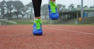 Weiblicher Athlet, der auf einer Laufbahn 4k trainiert stock video footage