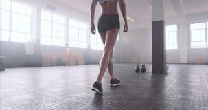 Weiblicher Athlet an der geeigneten Turnhalle des Kreuzes stock video