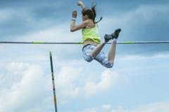 Weiblicher Athlet, der im Stabhochsprung konkurriert Stockfoto