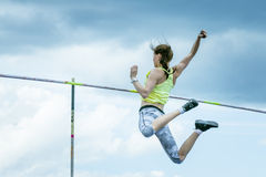 Weiblicher Athlet, der im Stabhochsprung konkurriert Stockfotos
