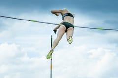 Weiblicher Athlet, der im Stabhochsprung konkurriert Stockfotografie