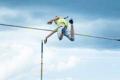Weiblicher Athlet, der im Stabhochsprung konkurriert Lizenzfreie Stockfotos