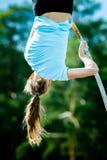 Weiblicher Athlet, der im Stabhochsprung konkurriert Stockbild