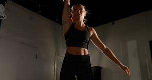 Weiblicher Athlet, der mit kettlebell 4k trainiert stock footage