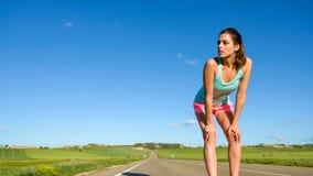 Weiblicher Athlet, der nachdem dem Laufen stillsteht Lizenzfreie Stockbilder