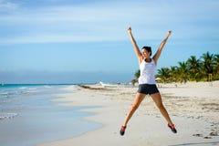 Weiblicher Athlet, der am Strand springt Lizenzfreies Stockfoto