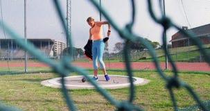 Weiblicher Athlet, der zum Kugelstoßenspiel am Sportort 4k fertig wird stock video