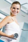 Weiblicher Athlet Dumbbell Lizenzfreie Stockbilder