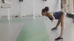 Weiblicher Athlet führt Übung im modernen Sportverein durch stock footage