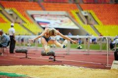 Weiblicher Athlet im Weitsprungsplatz Lizenzfreie Stockfotografie