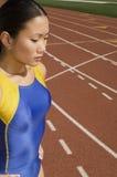 Weiblicher Athlet On Race Track lizenzfreies stockfoto