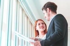 Weiblicher Auftragnehmer, der ihrem Chef das Immobiliengebäude p zeigt lizenzfreies stockbild