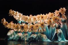 Weiblicher Ausführender des traditionellen koreanischen Tanzes stockfotos
