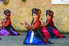 Weiblicher Ausführender des traditionellen koreanischen Tanzes stockbild
