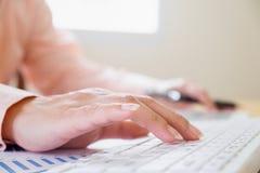 Weiblicher Büroangestellter, der auf der Tastatur schreibt Lizenzfreie Stockfotografie