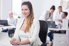 Weiblicher Büroangestellter der Schönheit lizenzfreies stockfoto