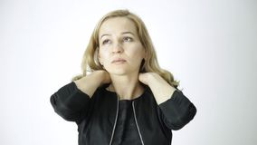 Weiblicher Büroangestellter, der seinen Hals massiert Schmerz im Hals und im Kopf stock video footage