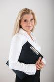 Weiblicher Büroangestellter mit FALTBLATT Stockfotografie