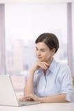 Weiblicher Büroangestellter mit Laptop Stockfotografie