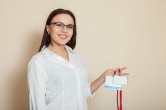 Weiblicher Büroangestellter zeigt Ausweise Stockfotos