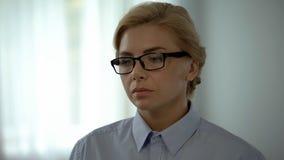 Weiblicher Bürovorsteher in den Gläsern betrachtet Laptop, Belastung und Abführung lizenzfreie stockfotos