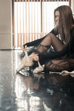 Weiblicher Balletttänzer setzt pointes an stockbild