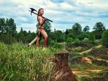 Weiblicher Barbar des alten Kriegers Auf der Klippe stockbilder